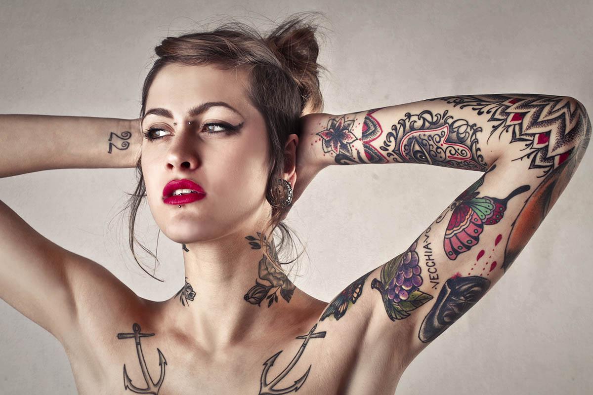 Operatore di tatuaggio e piercing